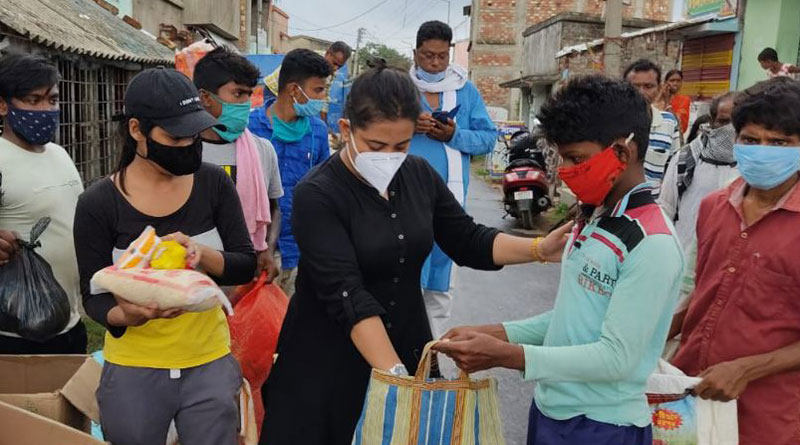 Two popular Tv actresses distributed food and clothes to Yass affected coastal area of Bengal | Sangbad Pratidin