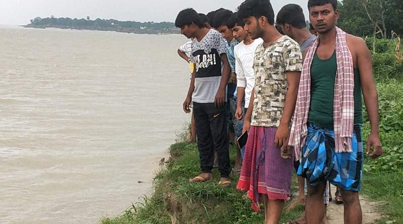 People find three deadbodies floating into Ganga at Murshidabad | Sangbad Pratidin