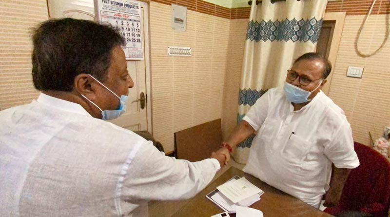 Mukul Roy visits Partha Chatterjee's house on Tuesday after his mother's demise | Sangbad Pratidin