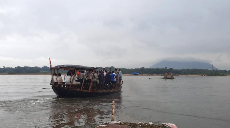 Damodar Setu has broken again by huge water flow | Sangbad Pratidin