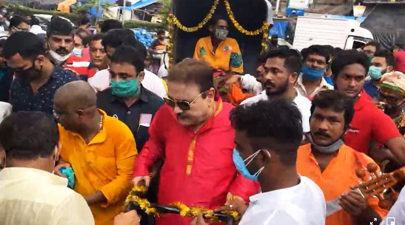 TMC MLA Madan Mitra pulls rickshaw on Kolkata street | Sangbad Pratidin