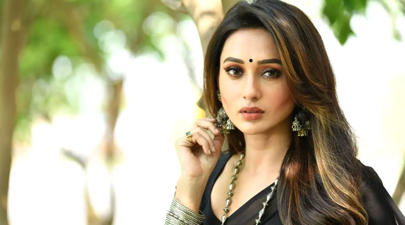 Actress turned politician Mimi Chakraborty gets vaccinated with third gender | Sangbad Pratidin