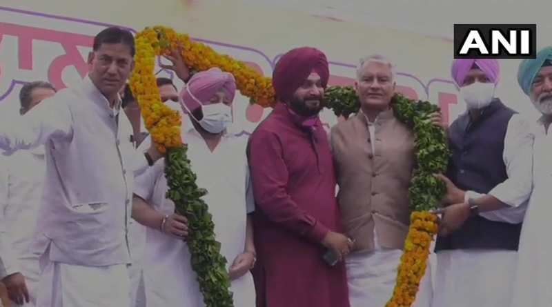 Navjot Singh Sidhu takes charge as Punjab Congress president, shares stage with CM Amarinder Singh | Sangbad Pratidin