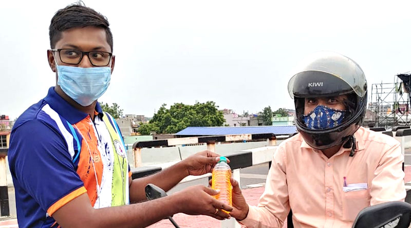 NGO from Bardhaman launched a drive offering free 500 ml petrol for bikers wearing mask and helmet | Sangbad Pratidin
