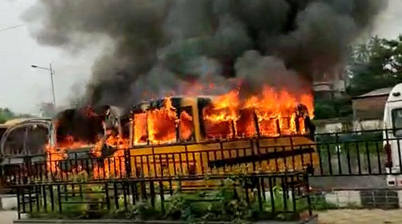 Fire at buses at Dumurjala, Howarah, three buses burnt | Sangbad Pratidin