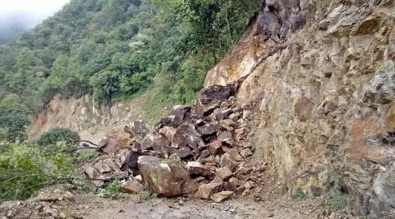 NH 10 blocked due to landslide in Darjeeling's Shwetijhora । Sangbad Pratidin