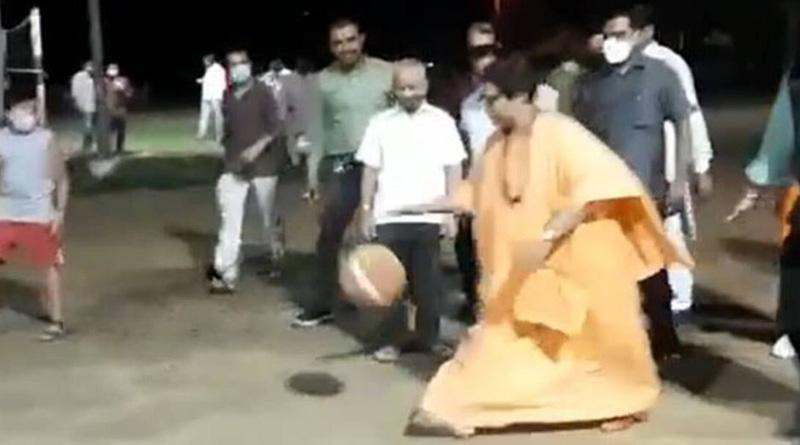 On camera, BJP's Pragya Thakur plays; video goes viral   Sangbad Pratidin