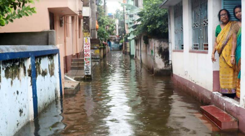 Heavy rain lashes West Bengal, water logging in many areas disrupt normal life