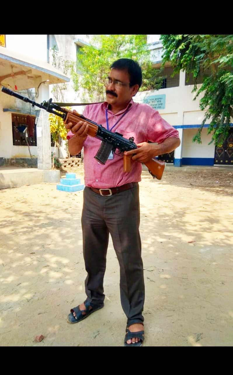 Bardhaman teacher faces heat for posing with INSAS rifle