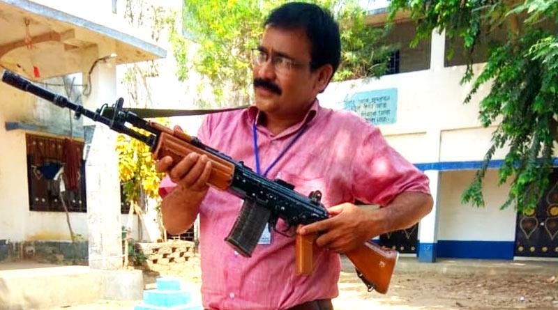 Bardhaman teacher faces heat for posing with INSAS rifle | Sangbad Pratidin