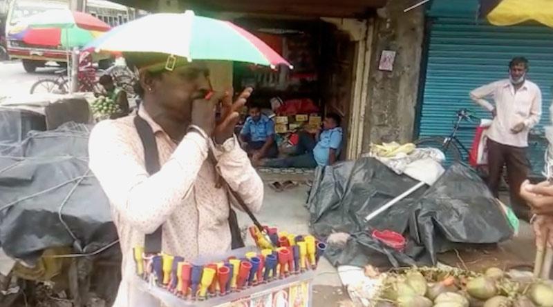 Man from Canning sells flute in Kalna | Sangbad Pratidin