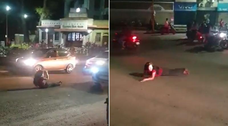 Drunk Woman Rolls Around & Sleeps on Road in Pune, Blocks Traffic | Sangbad Pratidin