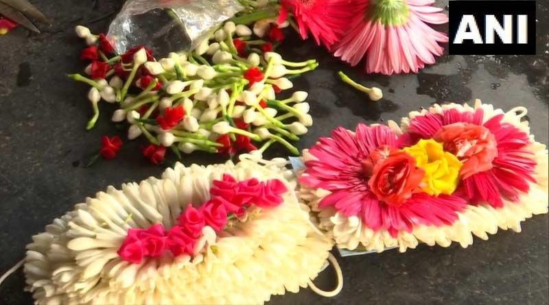 Flower vendor in Madurai makes floral masks exclusively for brides, grooms । Sangbad Pratidin