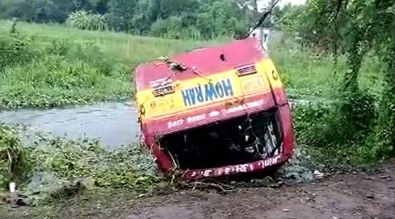 Minibus flipped over in Nayanjuri, Howrah due to a tire burst | Sangbad Pratidin