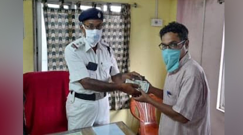 Howrah: Railway Officer lost his bag, Traffic police officer returns after found it   Sangbad Pratidin