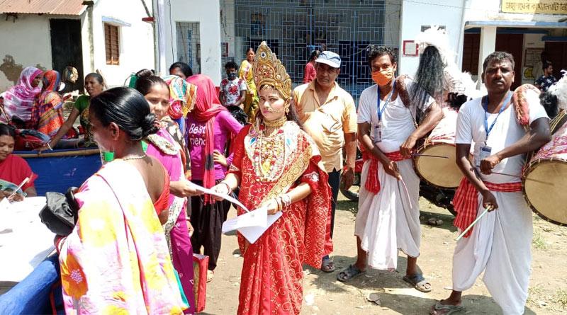 Woman dressed as Goddess Lakshmi at Duare Sarkar camp in Kalna | Sangbad Pratidin