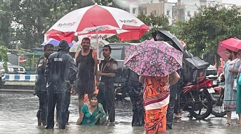 Woman gets stuck in man-hole as heavy rains lashes Kolkata   Sangbad Pratidin