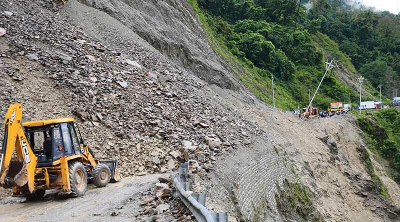 Landslide on NH-10, Sikkim-Kalimpong route closed | Sangbad Pratidin