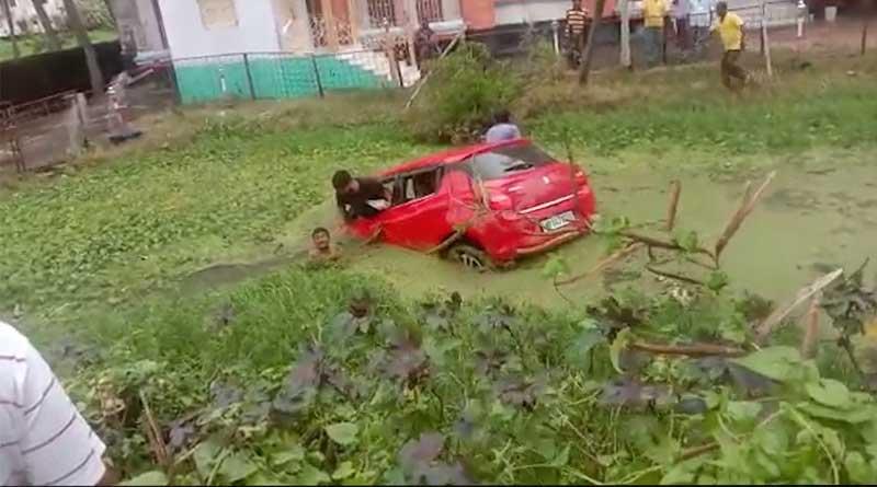 Passenger vehicle dives in a pond, locals start rescue efforts | Sangbad Pratidin