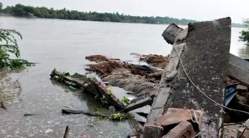 River erosion gobbles up several houses at Basanti | Sangbad Pratidin