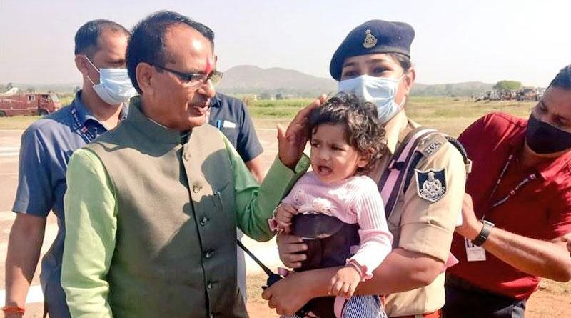 Madhya Pradesh woman cop carries little daughter to duty at helipad, photos go viral। Sangbad Pratidin