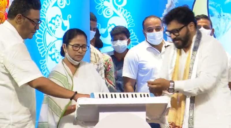 Mamata Banerjee sings a song in Nazrul Mancha । Sangbad Pratidin